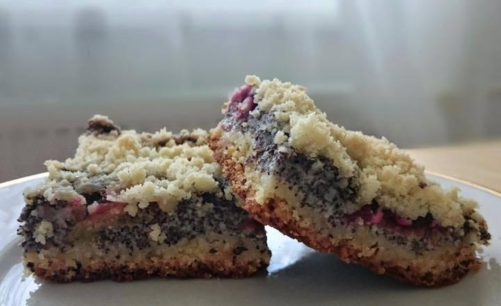 Kynutý koláč se švestkami a náplní z tvarohu a máku